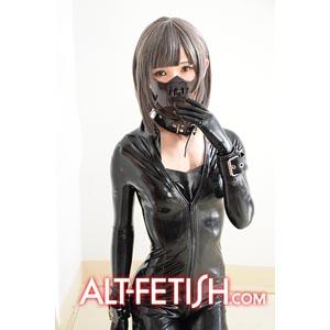 女装男子、ラバーを着る。モデル めるもも 撮影市川哲也©ALT-FETISH.com